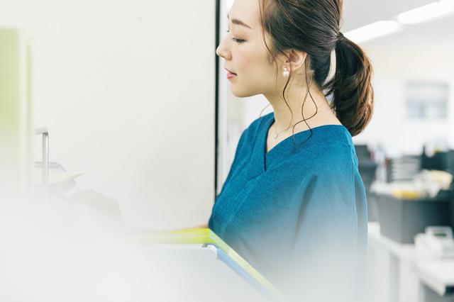 事務作業する女性